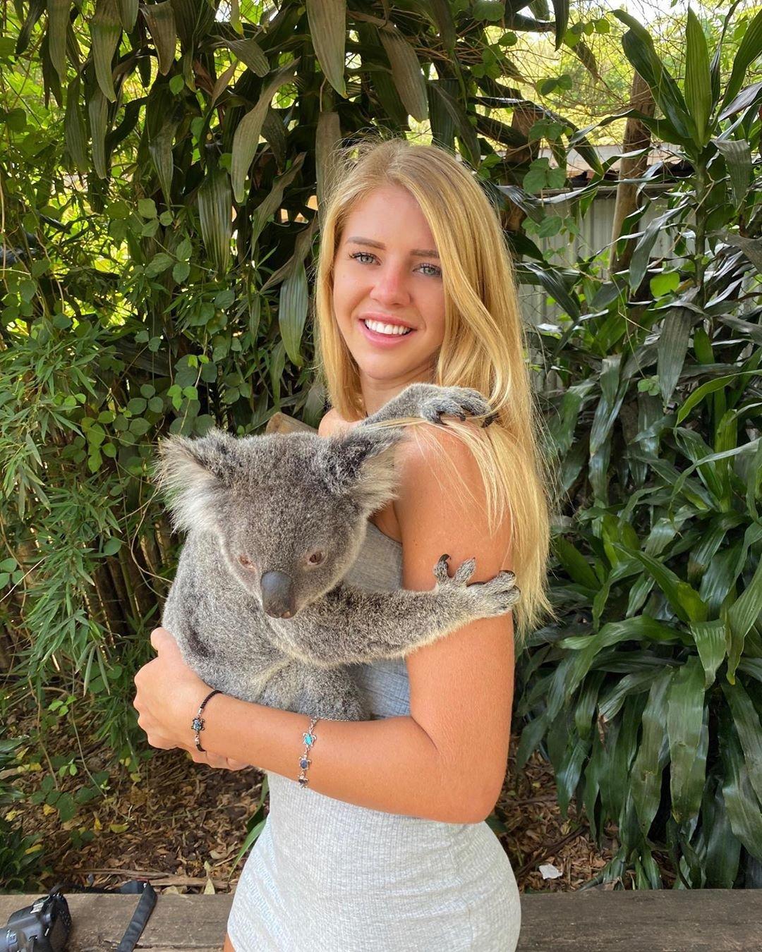 Джейд Гроблер с коалой фото