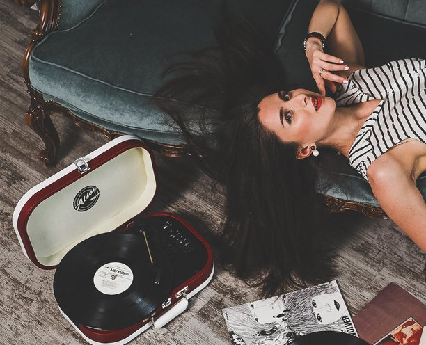 Что подарить девушке, которая ценит качественный звук и ретро-дизайн