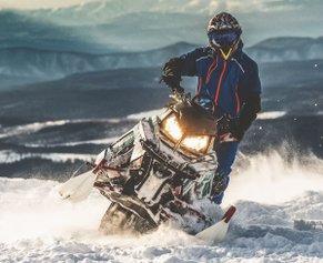 Как выбрать правильную экипировку для езды на снегоходе: 3 рекомендации от Motorfirst