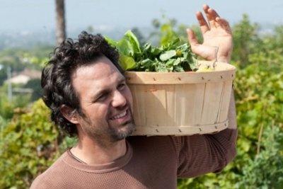 парень с овощами