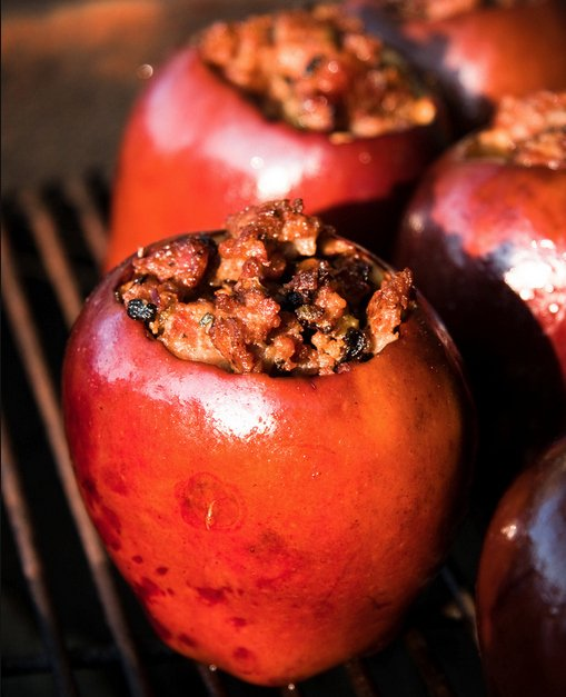Яблоки, можно запечь в чистом виде, а можно нафаршировать, например,  сосисками и шалфеем