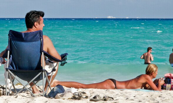 чувак на пляже